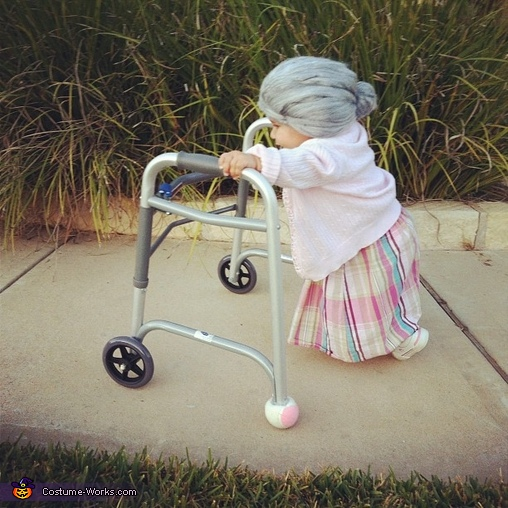 赤ちゃんがお年寄りのコスプレ5